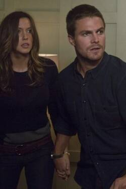 1x02 - Onora il padre - Arrow [Katie Cassidy, Stephen Amell]