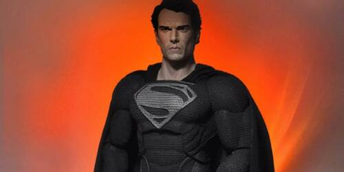 Henry Cavill anticipa il costume scuro di Superman